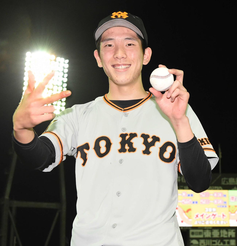 広島対巨人 負けなしの3勝目を挙げた巨人戸郷は、笑顔でポーズを決める(撮影・たえ見朱実)