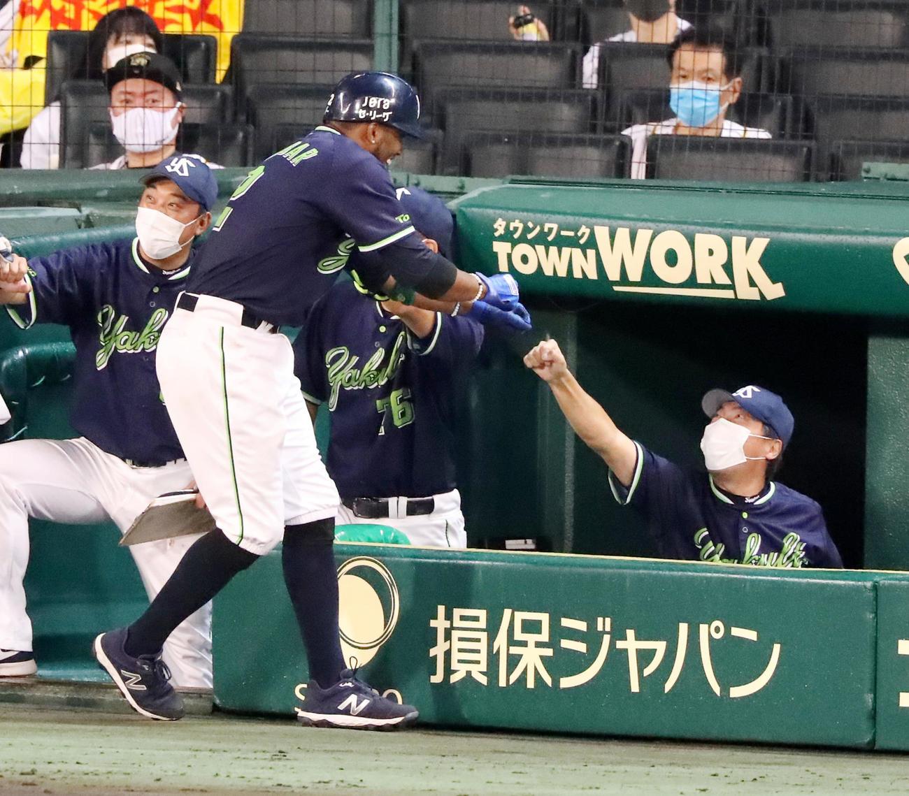 阪神対ヤクルト 6回表ヤクルト2死二塁、エスコバー(左)は左越え2点本塁打を放ちベンチの高津監督とエアタッチする(撮影・加藤哉)