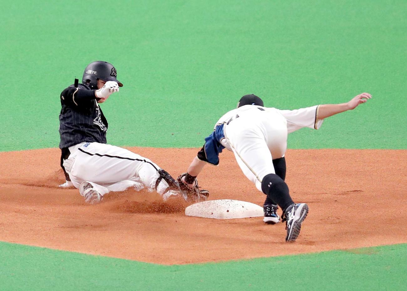 日本ハム対ロッテ 1回表ロッテ2死、菅野は左前打を放つも二塁でタッチアウトになる(撮影・佐藤翔太)