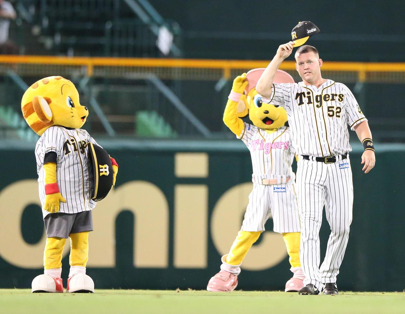 阪神対ヤクルト ヒーローの阪神サンズは帽子を取ってファンにあいさつする(撮影・上山淳一)