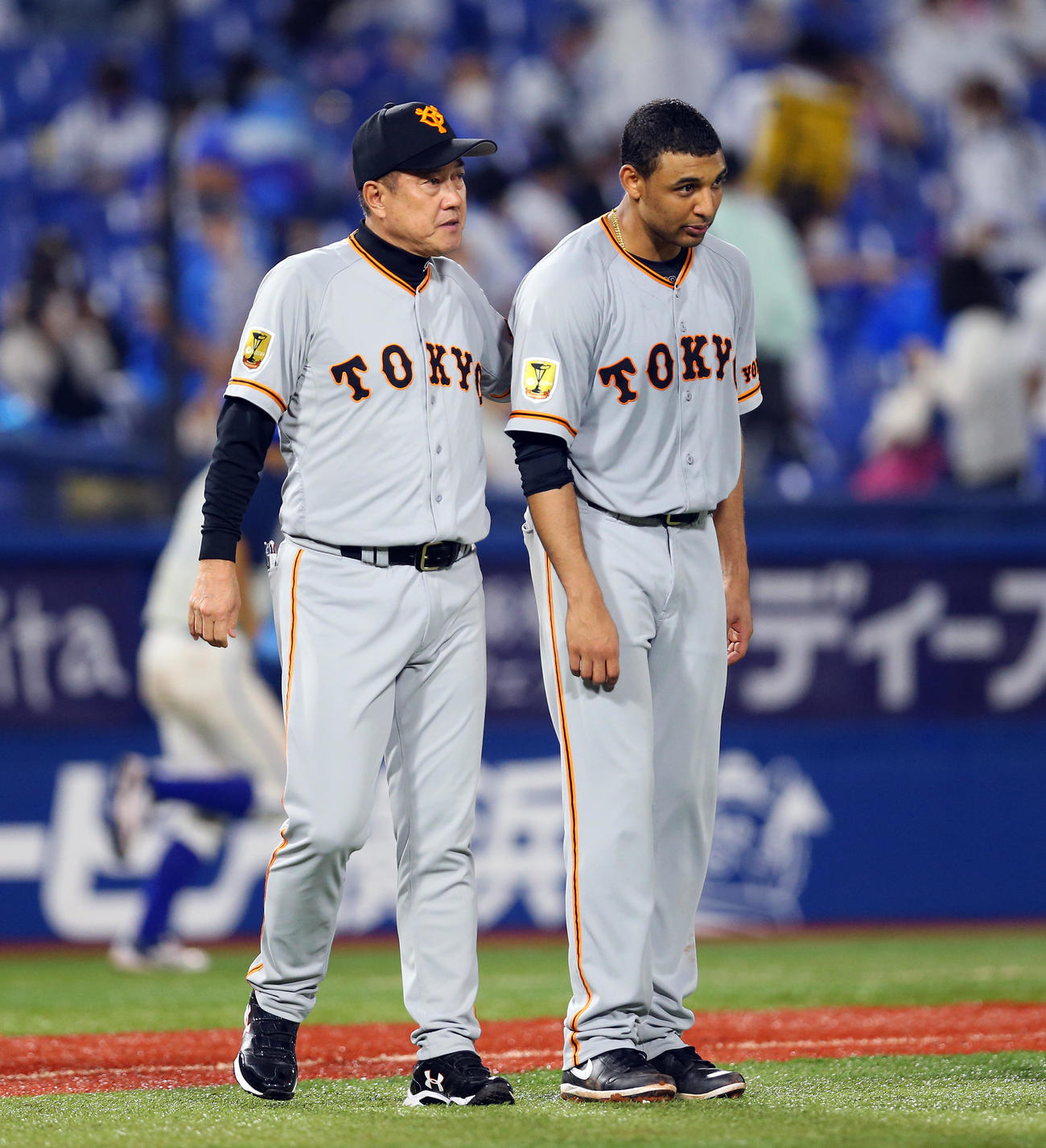 DeNA対巨人 試合に勝利し、巨人サンチェス(右)の肩をたたく原監督(撮影・大野祥一)