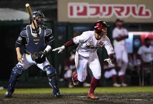 楽天対オリックス 8回裏楽天無死一塁、茂木は右翼に勝ち越しの適時三塁打を放つ(撮影・滝沢徹郎)