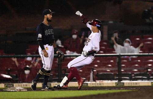 楽天対オリックス 8回裏楽天無死一塁、右翼に勝ち越しの適時三塁打を放った茂木(右)はベンチへガッツポーズする。三塁手宗(撮影・滝沢徹郎)
