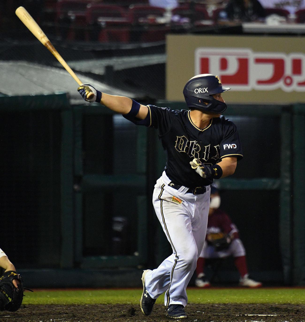 楽天対オリックス 5回表オリックス2死、吉田正は左越えソロ本塁打を放つ(撮影・滝沢徹郎)