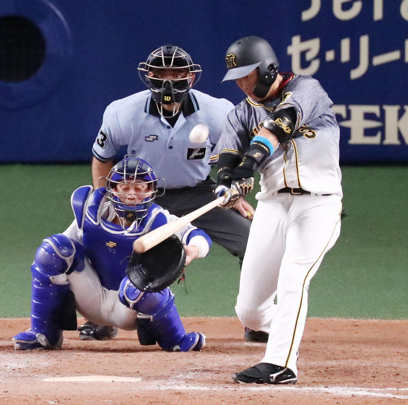 中日対阪神 9回表阪神無死二塁、大山は左越え2点本塁打を放つ(撮影・加藤哉)
