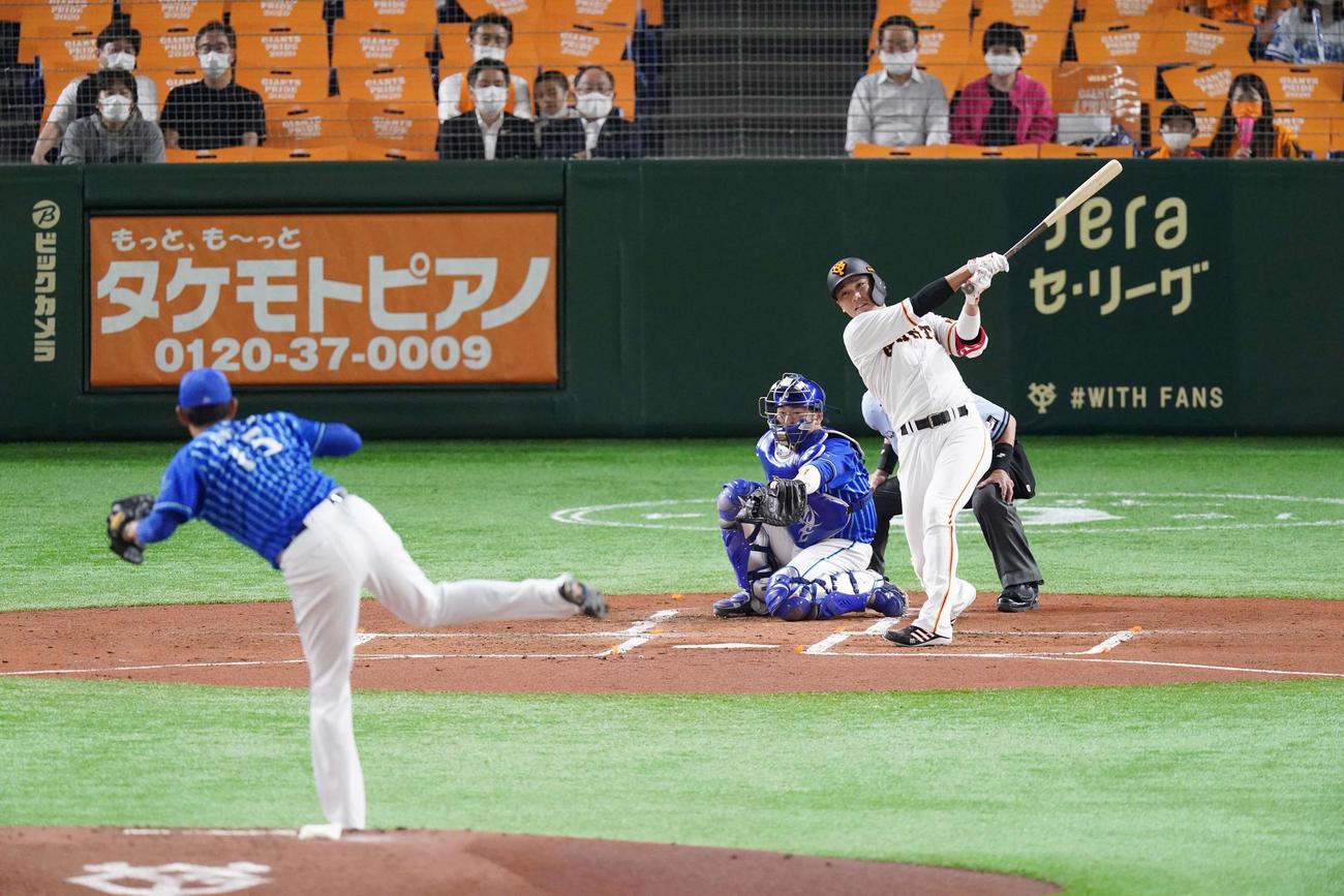 巨人対DeNA 1回裏巨人1死、右中間に同点ソロ本塁打を放つ坂本。投手井納(撮影・江口和貴)