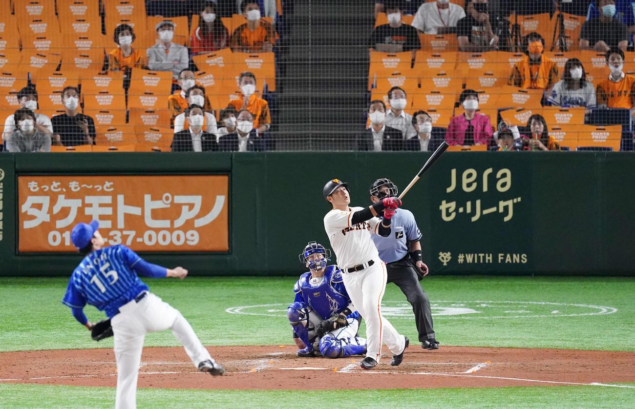 巨人対DeNA 4回裏巨人1死、左越えソロ本塁打を放つ岡本。投手井納(撮影・江口和貴)
