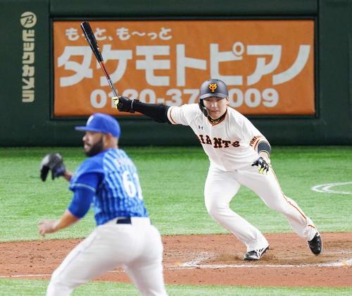 巨人対DeNA 8回裏巨人1死二塁、中前適時打を放つ丸。投手エスコバー(撮影・江口和貴)