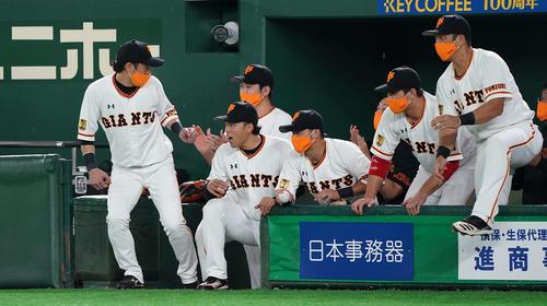 巨人対DeNA DeNAに勝利し、拍手する巨人菅野(左から3人目)(撮影・鈴木みどり)