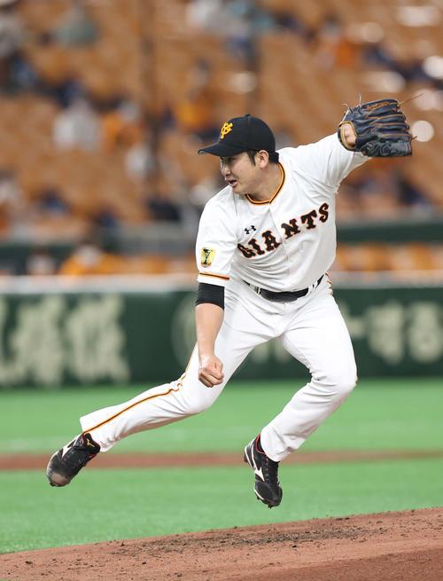 巨人対DeNA 3回表、投球後にバランスを崩して跳び上がる菅野(撮影・河野匠)