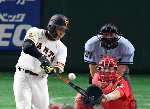 巨人対広島 4回裏巨人2死一、二塁、右前適時打を放つ丸(撮影・たえ見朱実)
