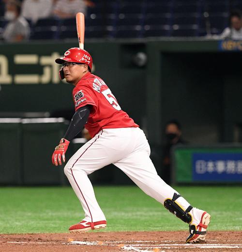 巨人対広島 7回表広島1死、松山は左翼に二塁打を放つ(撮影・滝沢徹郎)