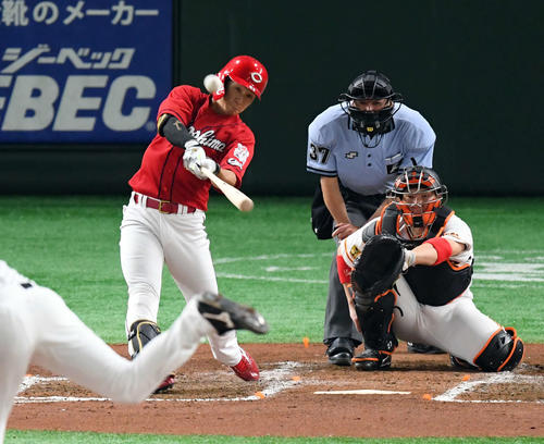巨人対広島 4回表広島無死、先制のソロ本塁打を放つ西川(撮影・たえ見朱実)