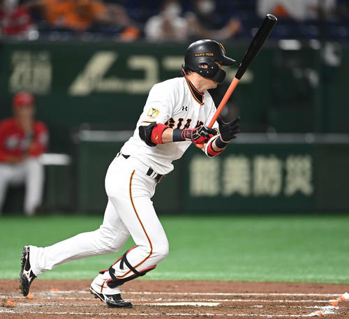 巨人対広島 4回裏巨人2死二塁、中前適時打を放つ亀井(撮影・鈴木みどり)