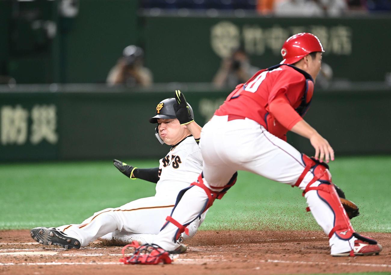 巨人対広島 3回裏巨人1死二、三塁、ウィーラーの左犠飛で生還する三塁走者丸。捕手磯村(撮影・鈴木みどり)