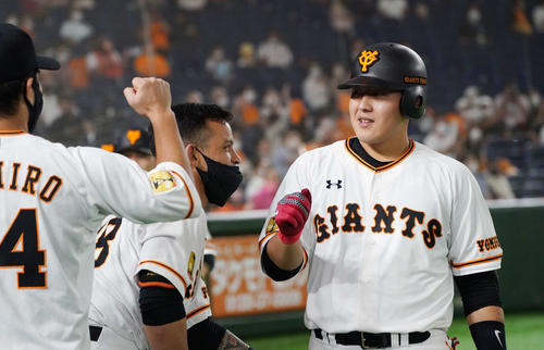 巨人対広島 6回裏巨人1死満塁、左越え満塁本塁打を放った岡本はナインとエアハイタッチ(撮影・鈴木みどり)