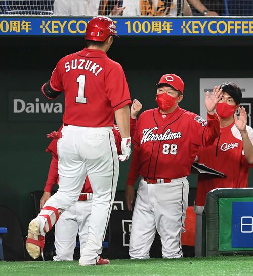 巨人対広島 8回表広島1死、左越えソロ本塁打を放った鈴木誠(左)を迎える佐々岡監督(右から2人目)(撮影・鈴木みどり)