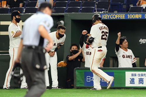 巨人対広島 6回裏巨人1死満塁、満塁本塁打を放った岡本(手前右)に一礼するパーラ(左から2人目)(撮影・滝沢徹郎)