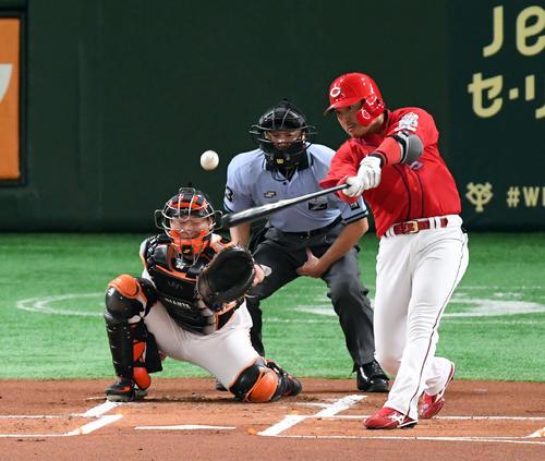 巨人対広島 1回表広島死、左越え二塁打を放つ長野(撮影・たえ見朱実)