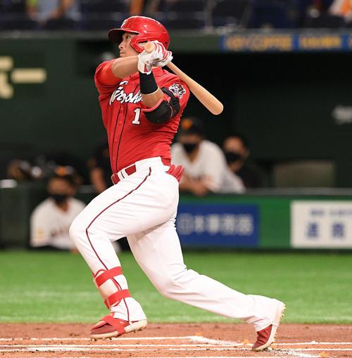 巨人対広島 1回表広島2死二塁、鈴木誠は左翼に先制の適時二塁打を放つ(撮影・滝沢徹郎)