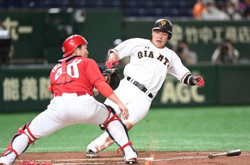 巨人対広島 2回裏巨人無死二塁、ウィーラーの中前適時打で生還する二塁走者岡本。捕手磯村(撮影・鈴木みどり)