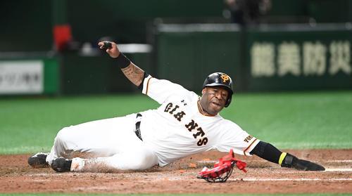 巨人対広島 5回裏巨人2死二塁、中島の右前適時打で生還する二塁走者ウィーラー。捕手磯村(撮影・鈴木みどり)