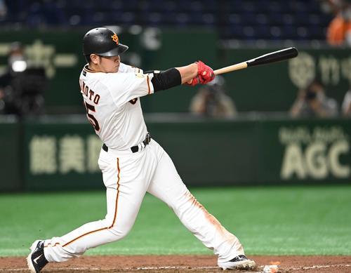 巨人対広島 6回裏巨人1死満塁、左越え満塁本塁打を放つ岡本(撮影・鈴木みどり)