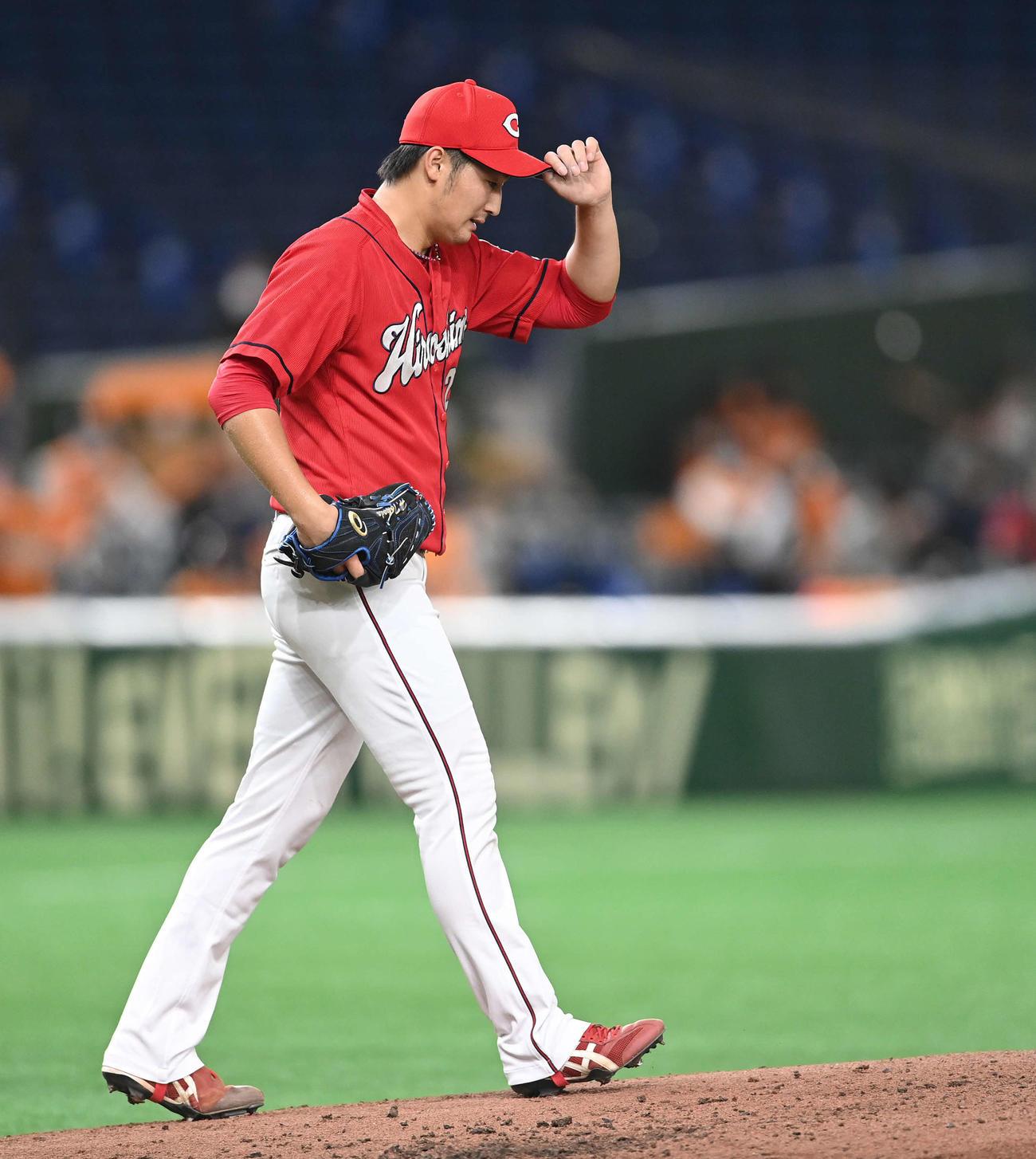 巨人対広島 3回裏巨人無死一、二塁、丸の内野安打と一塁手松山の悪送球で失点し、下を向く床田(撮影・鈴木みどり)