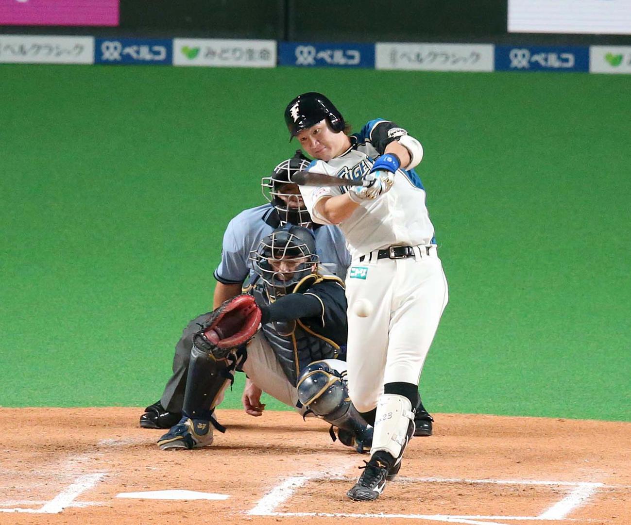 6回裏日本ハム2死満塁、左前適時打を放つ渡辺(撮影・黒川智章)
