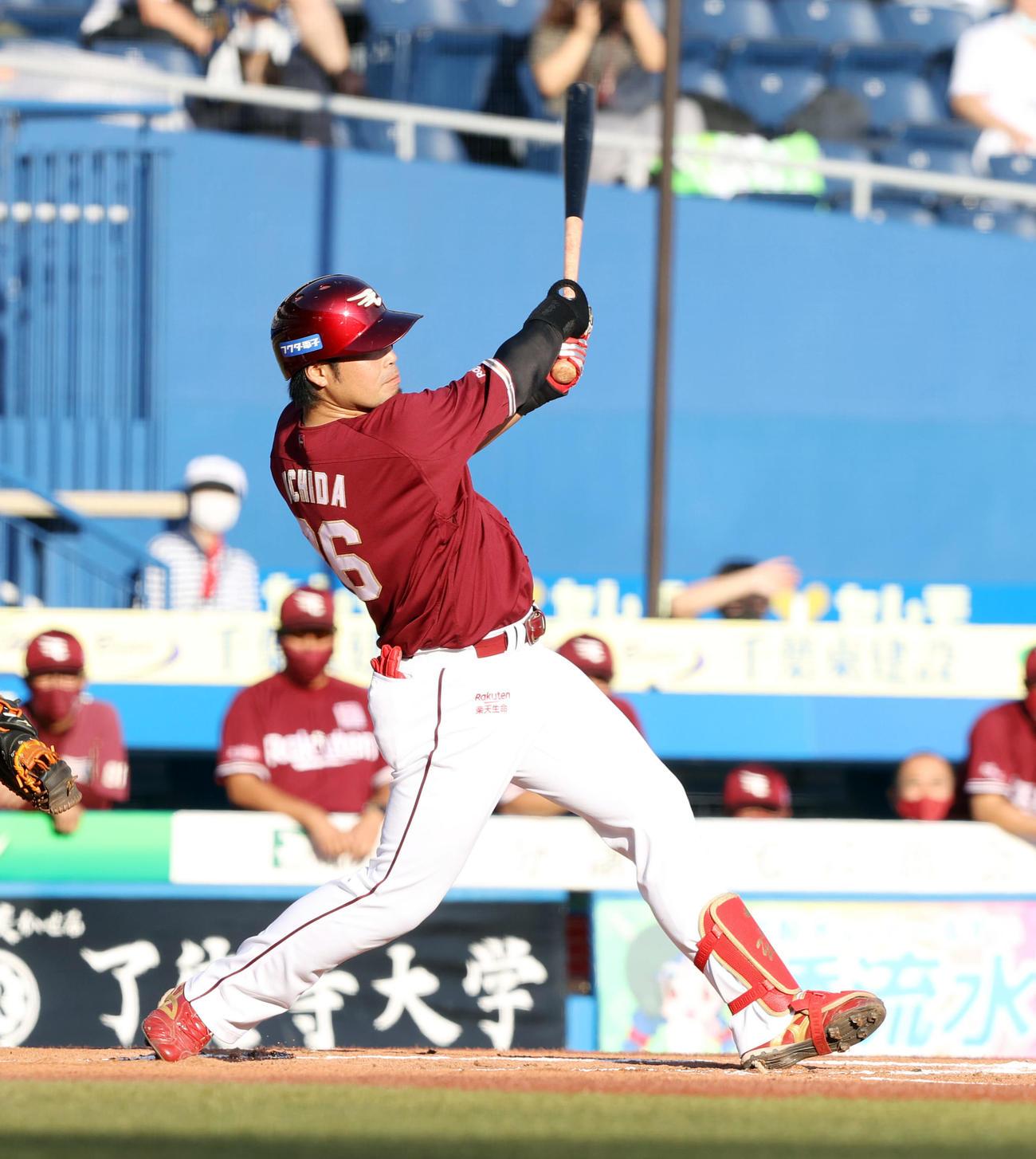 ロッテ対楽天 1回表楽天2死満塁、中越え満塁本塁打を放つ内田(撮影・垰建太)