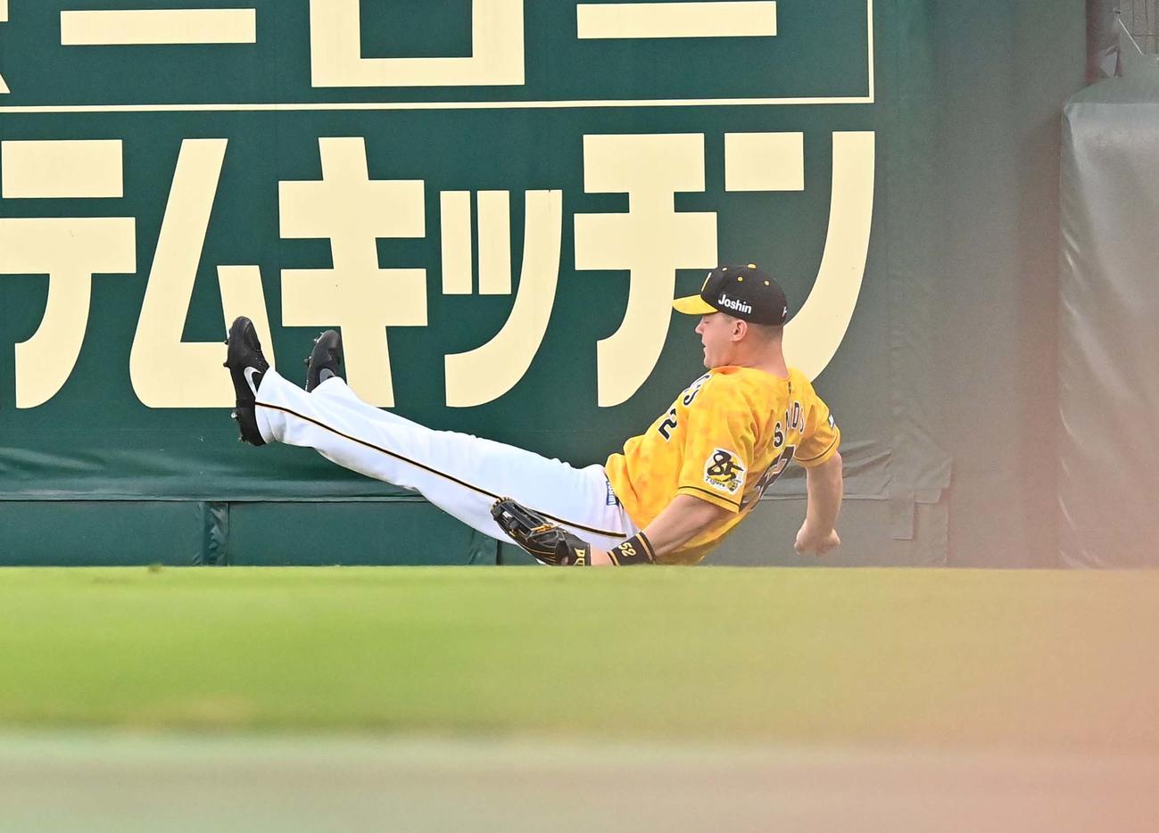 サンズは佐野の右翼への打球を捕球するも足をすべらせ転倒し三塁打とする(撮影・上田博志)