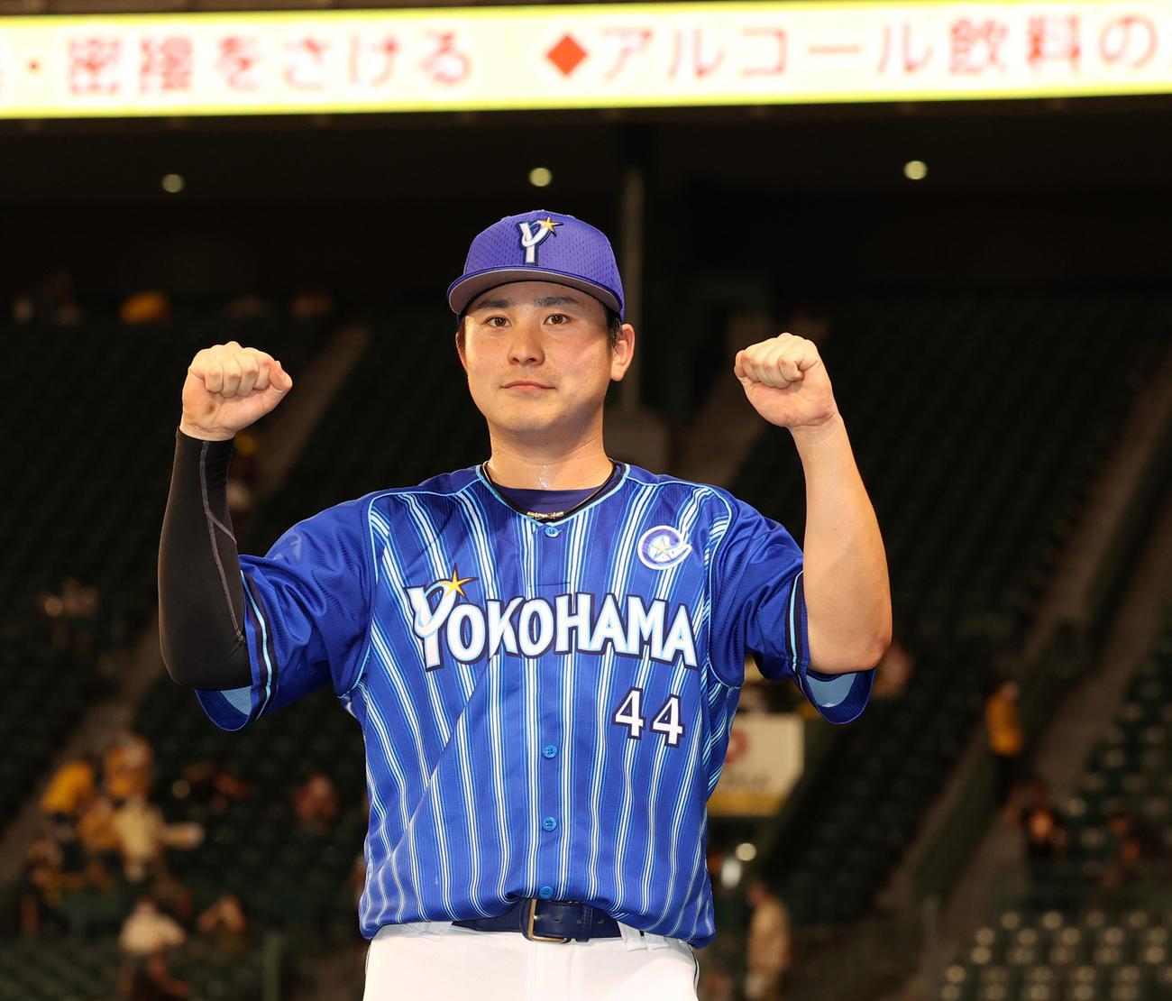 本塁打をふくむ4安打2打点の活躍をみせた佐野恵太はガッツポーズ(撮影・清水貴仁)