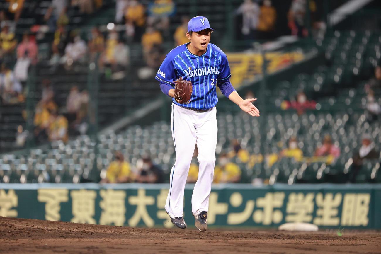 阪神対DeNA 5回、この回3者連続三振を奪いグラブをたたく今永(撮影・清水貴仁)