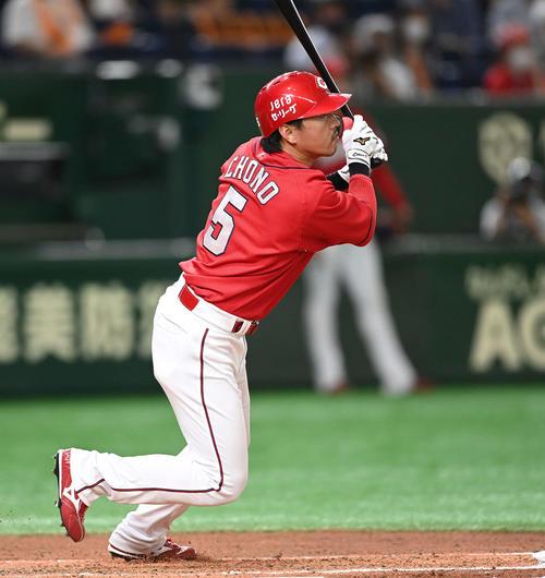 巨人対広島 6回表広島2死三塁、右前適時打を放つ長野(撮影・鈴木みどり)