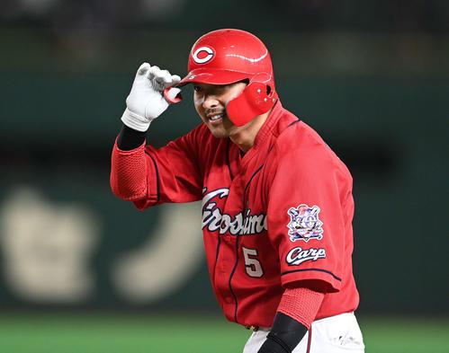 巨人対広島 6回表広島2死三塁、右前適時打を放ち笑顔の長野(撮影・鈴木みどり)