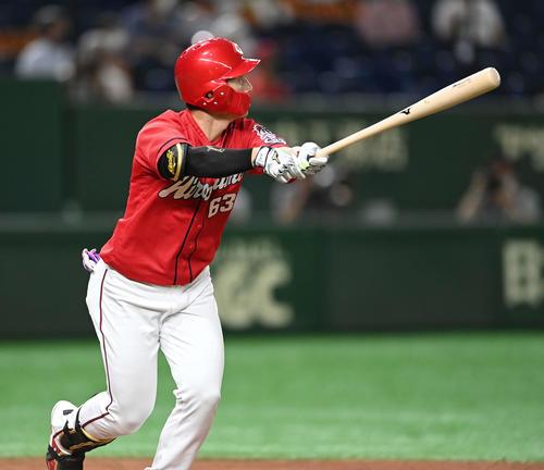 巨人対広島 7回表広島2死二、三塁、左越え3点本塁打を放つ西川(撮影・鈴木みどり)