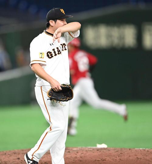 巨人対広島 7回表広島2死二、三塁、西川に左越え3点本塁打を浴びる田中豊(撮影・鈴木みどり)