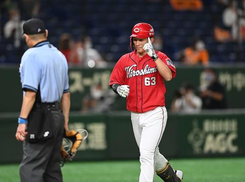 巨人対広島 7回表広島2死二、三塁、左越え3点本塁打を放った西川は指を突き上げながら生還する(撮影・鈴木みどり)