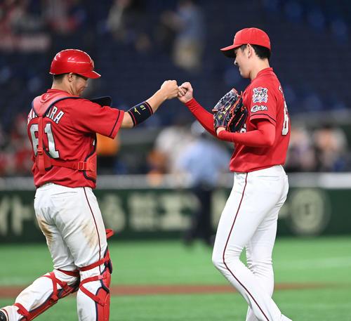 巨人対広島 プロ初完投の広島遠藤(右)は坂倉とタッチを交わす(撮影・鈴木みどり)
