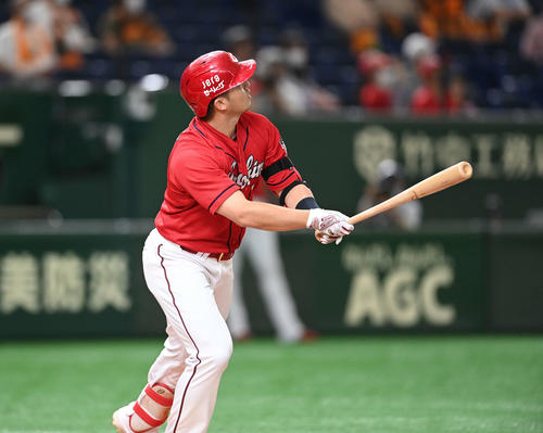 巨人対広島 1回表広島2死一塁、左中間に先制の2点本塁打を放つ鈴木誠(撮影・鈴木みどり)