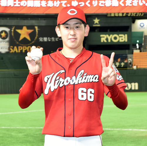 巨人対広島 完投し2勝目の広島遠藤は勝利球を手にポーズを決める(撮影・滝沢徹郎)