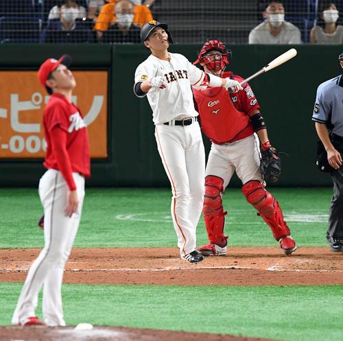 巨人対広島 9回裏巨人無死、左越えにソロ本塁打を放った坂本勇。投手遠藤(撮影・たえ見朱実)