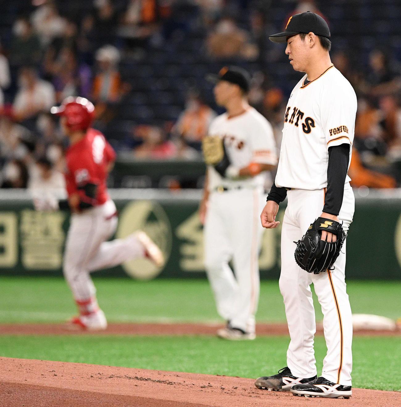 巨人対広島 1回表広島2死一塁、鈴木誠(奥左)に先制の2点本塁打を浴び肩を落とす桜井(撮影・滝沢徹郎)