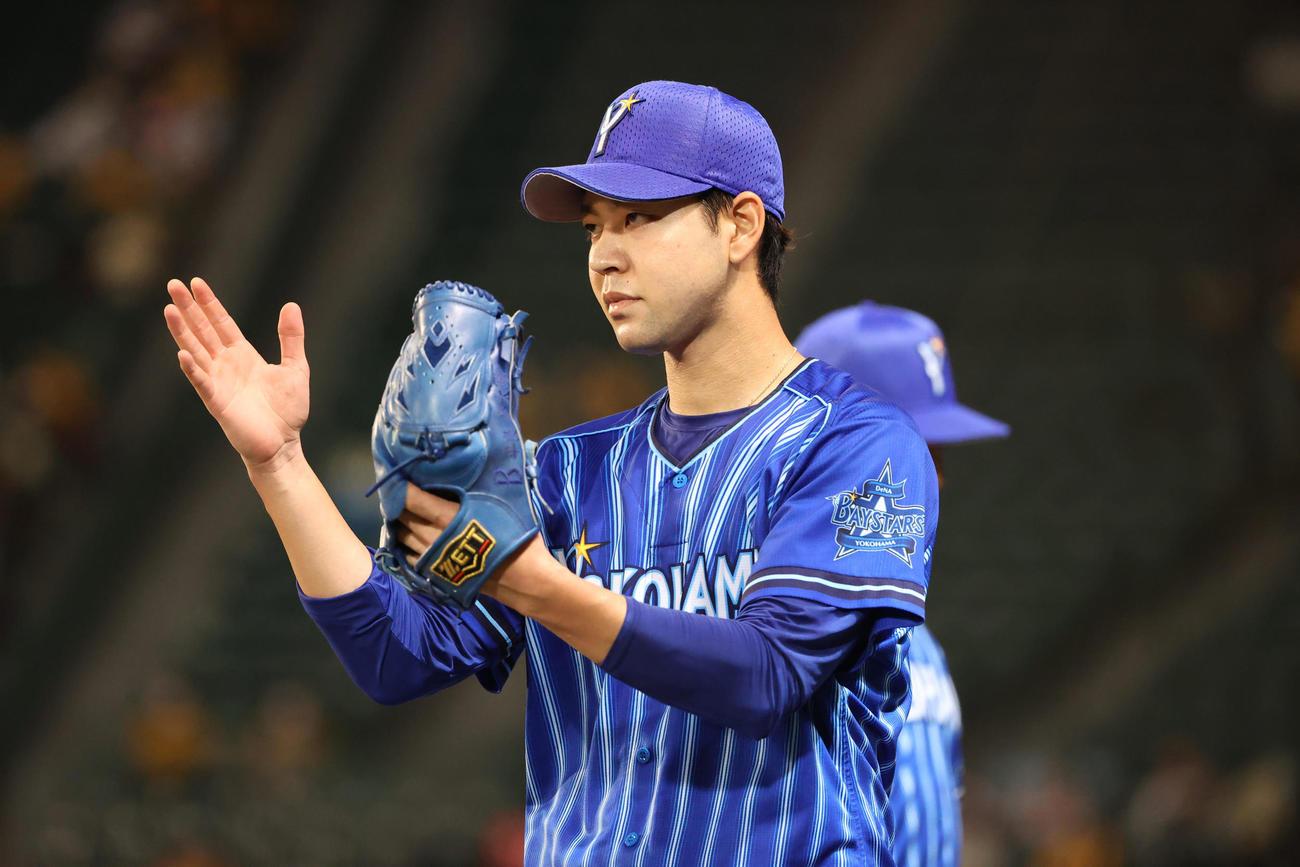 6回を終え野手に声をかける平良拳太郎(撮影・清水貴仁)