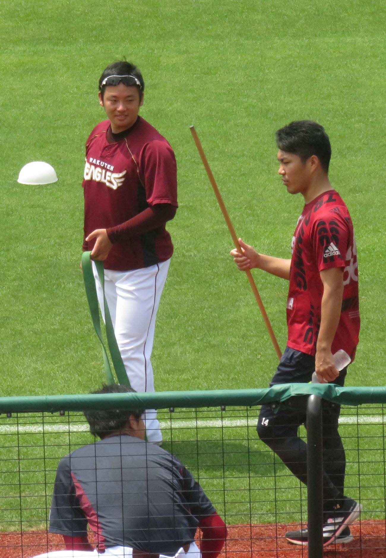 投手練習に参加し、楽天則本昂(右)、弓削(手前)と話をする松井(左)(撮影・桑原幹久)