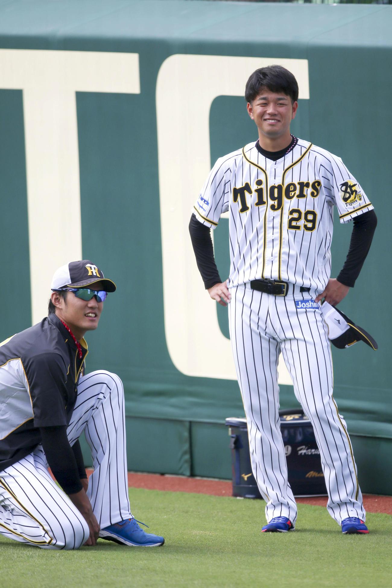 投手練習で笑顔を見せる高橋遥、左は藤浪(撮影・上山淳一)