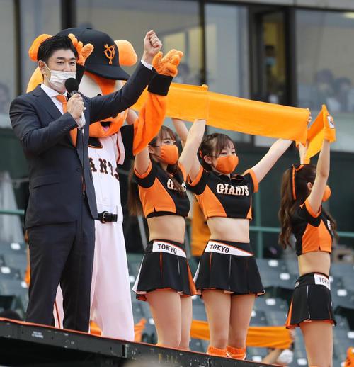 11日、ほっともっとフィールド神戸でのヤクルト戦に登場した東京ドームスタジアムDJの高橋さん(左)