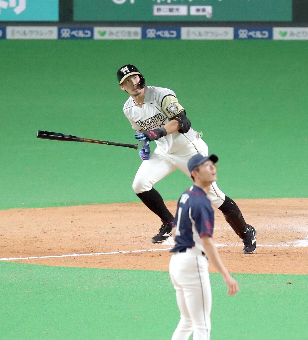 日本ハム対西武 6回裏日本ハム2死一、二塁、大田は左越え3点本塁打を放つ(撮影・佐藤翔太)