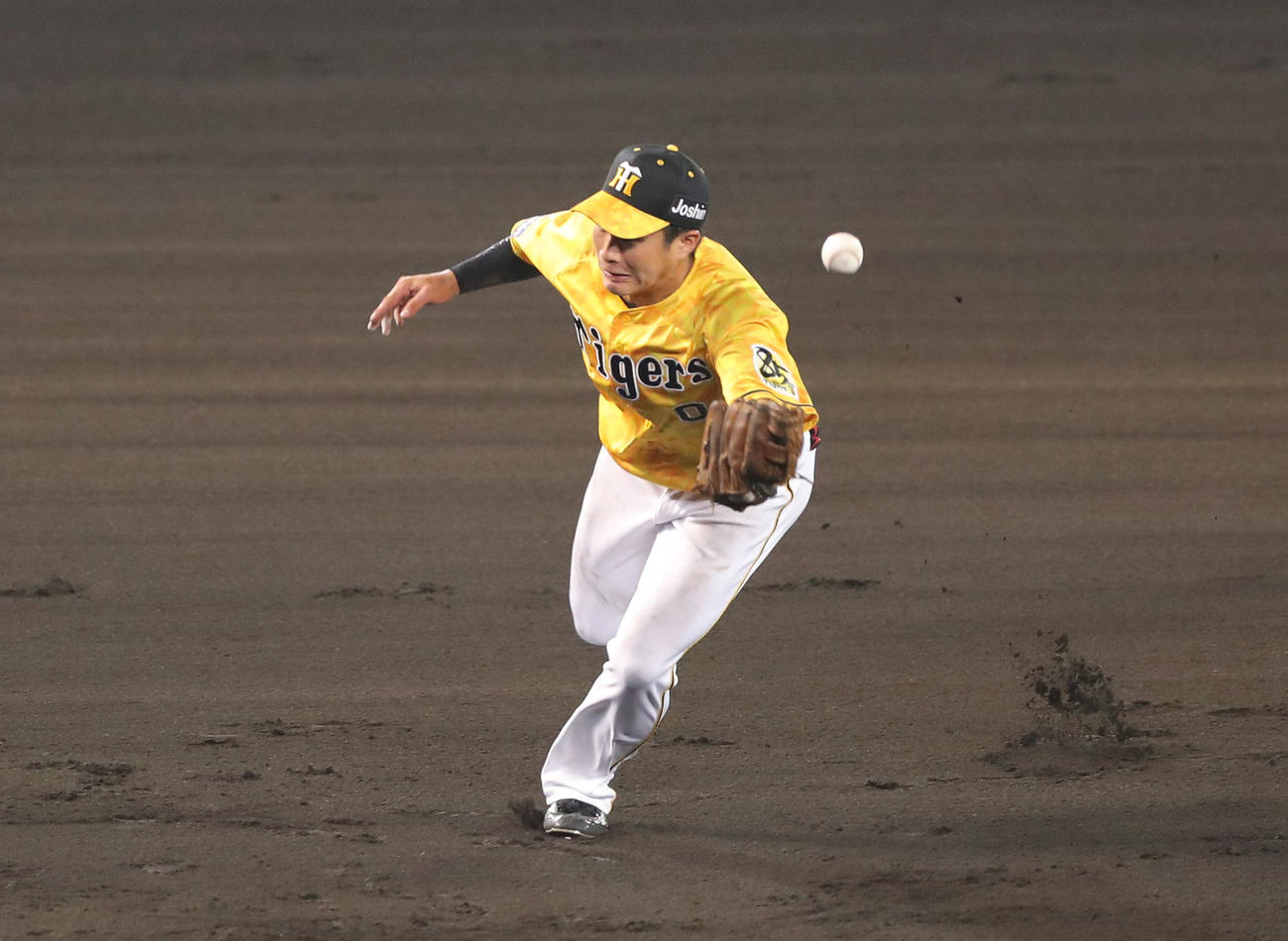 阪神対巨人 8回表巨人1死二、三塁、木浪は重信の打球をはじき失策する(撮影・前田充)