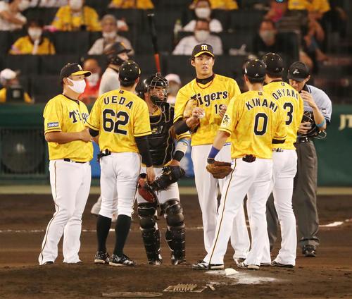 阪神対巨人 6回表巨人1死一、二塁、打者丸を迎えマウンドに集まるナインと藤浪(撮影・加藤哉)